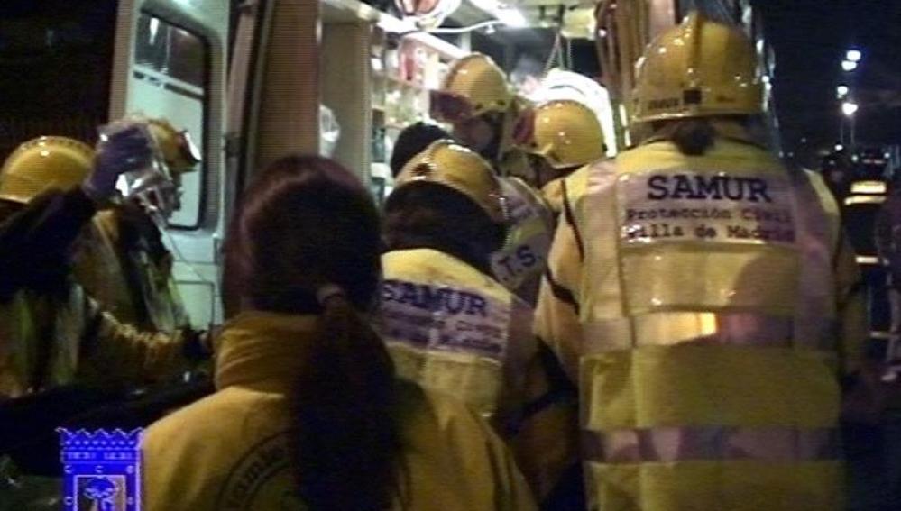 Miembros del SAMUR atienden al hombre que resultó herido en la capital.