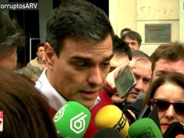 Pedro Sánchez habla con los medios