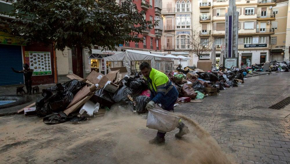 Cúmulo de basura en una calle de Málaga