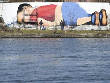 Graffiti del cuerpo sin vida de Aylan en el puerto de Fráncfort, Alemania