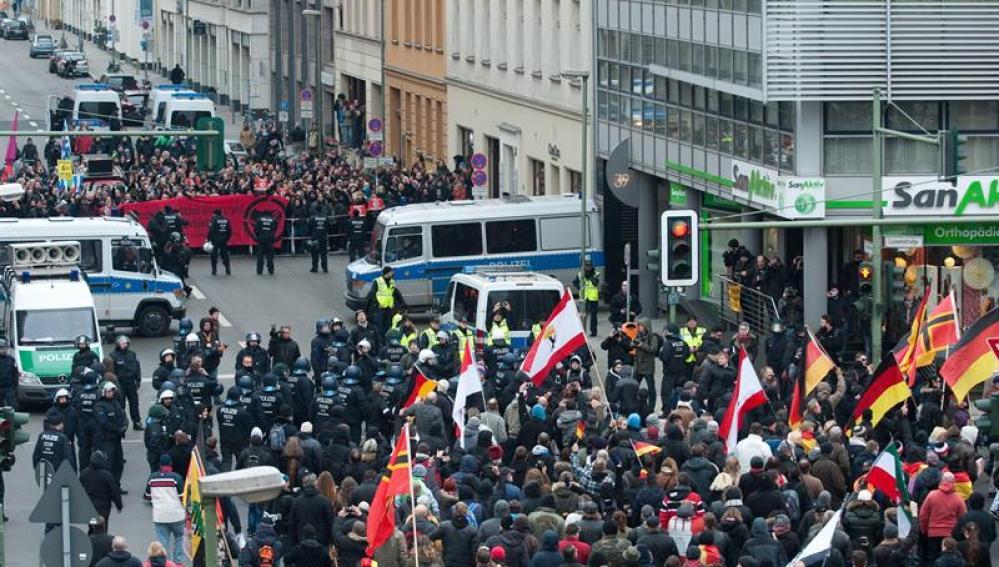 """Miles de ultraderechistas marchan en Berlín contra la """"invasión"""" de Alemania"""