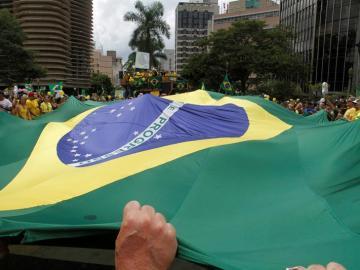 Manifestantes con pancartas se reúnen en la Plaza de la Libertad