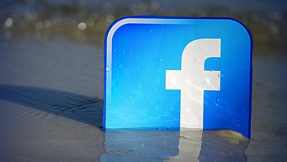 Logo de Facebook en la arena