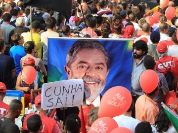 Integrantes de centrales obreras y movimientos sociales simpatizantes del Gobierno brasileño participan en un acto de apoyo a la presidenta Dilma Rousseff y de su antecesor, Lula da Silva, en Sao Paulo.