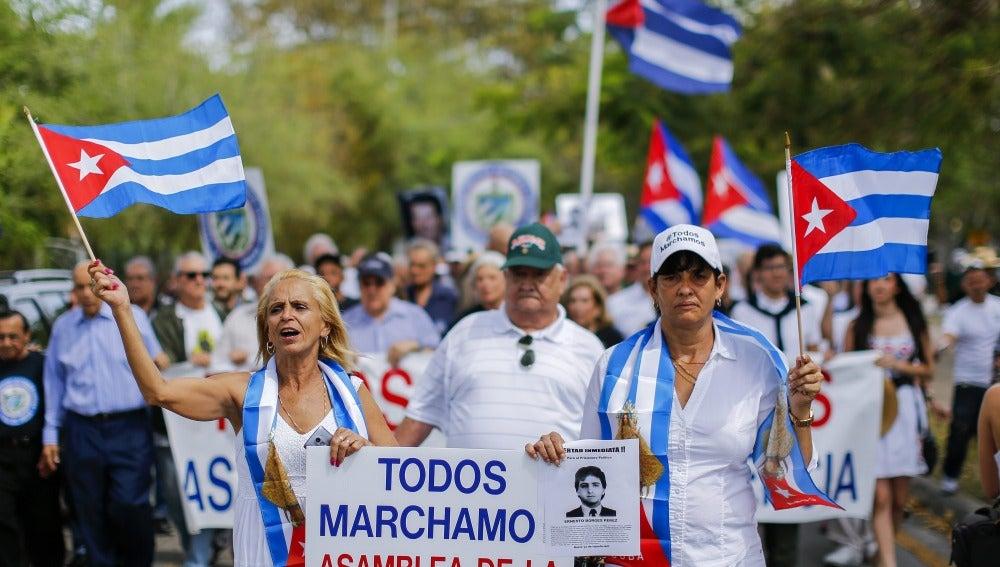 Cubanos se manifiestan en Miami contra la vista de Obama a EEUU