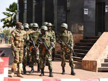 Soldados malienses hacen guardia en Bamako