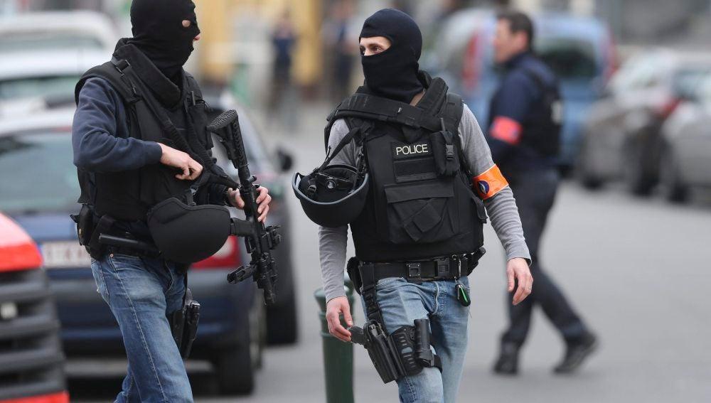 Miembros de las fuerzas de seguridad participan en una operación policial en Bruselas