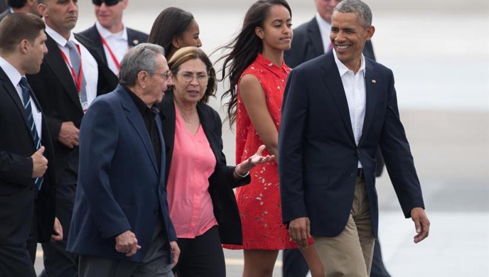 Raúl Castro despide en el aeropuerto a Obama