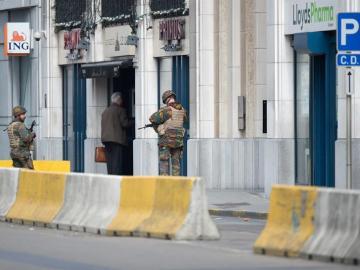 Soldados patrullan las calles del centro de Bruselas (Bélgica)