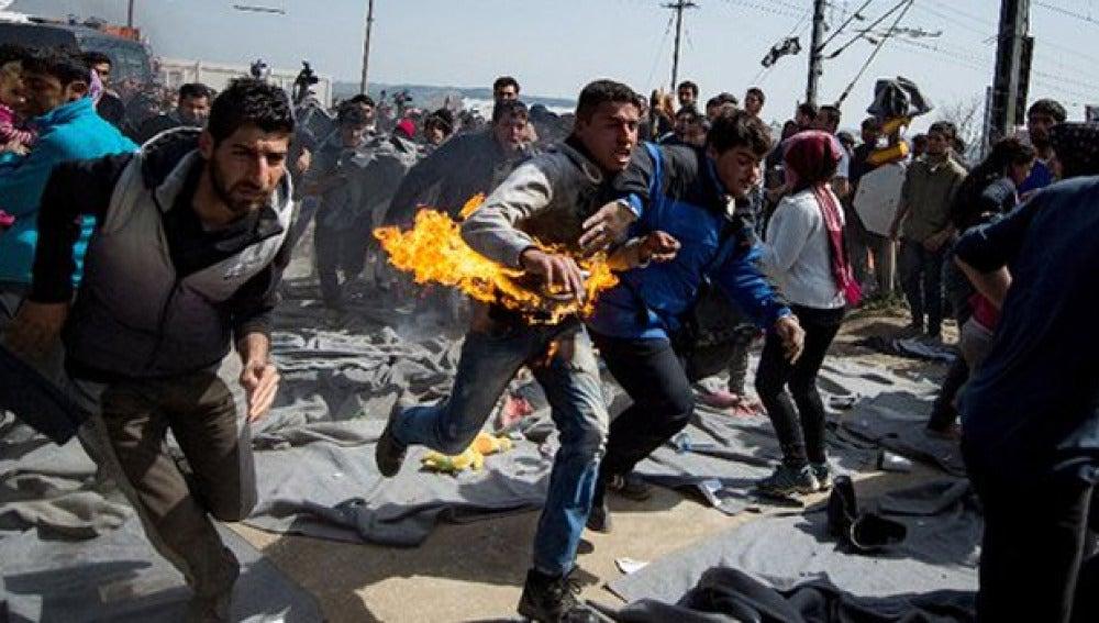 Imagen del refugiado corriendo mientras se quema