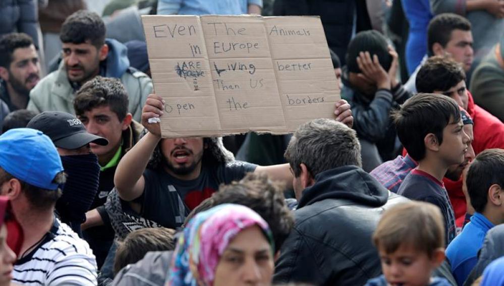 Un grupo de refugiados en la frontera griega