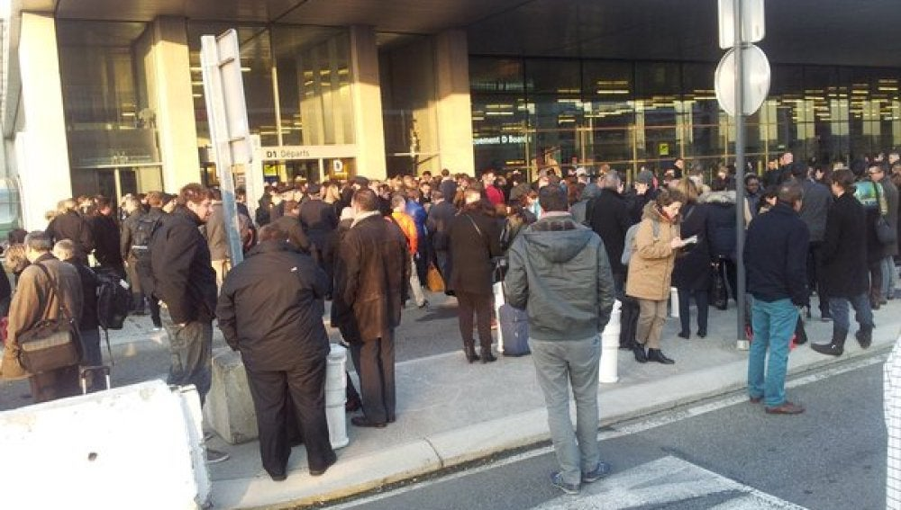 Pasajeros esperan en el exterior del aeropuerto de Toulouse