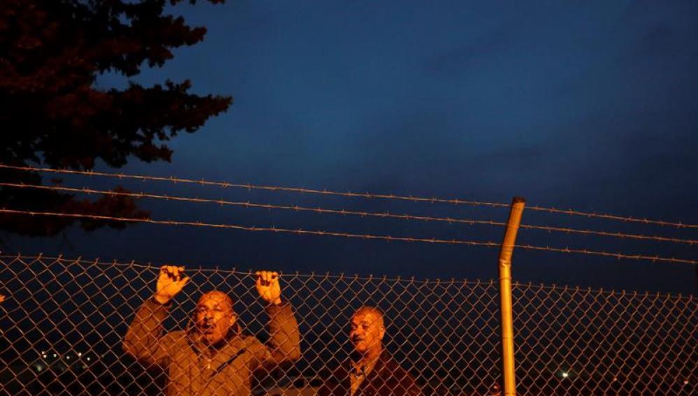 Dos refugiados sirios en la frontera de Grecia