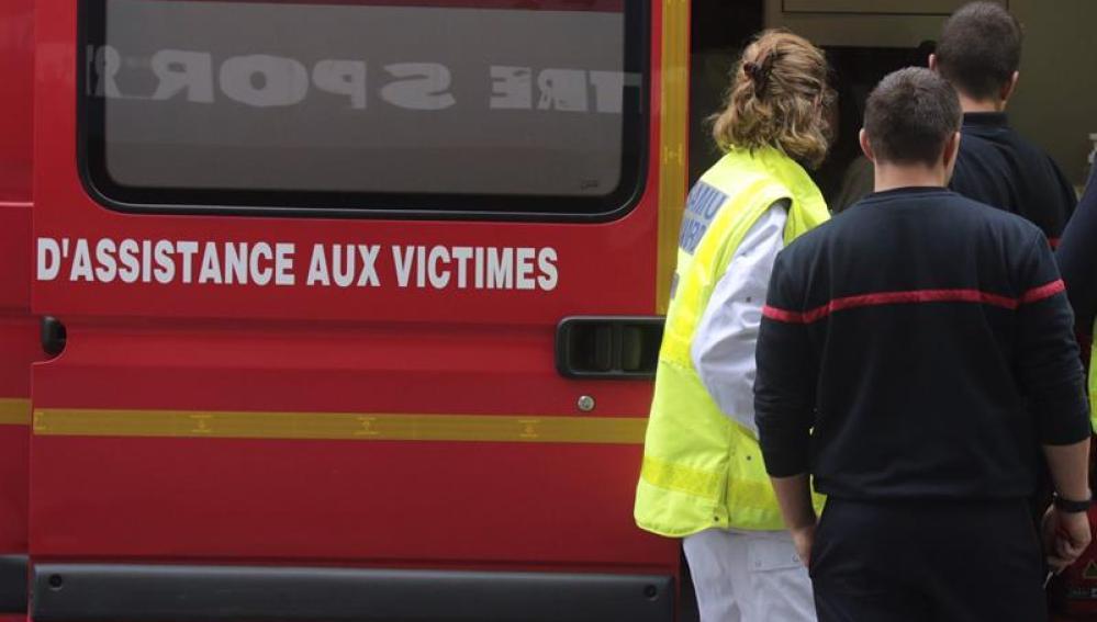 Un equipo de emergencias francés atendiendo a las víctimas de un accidente