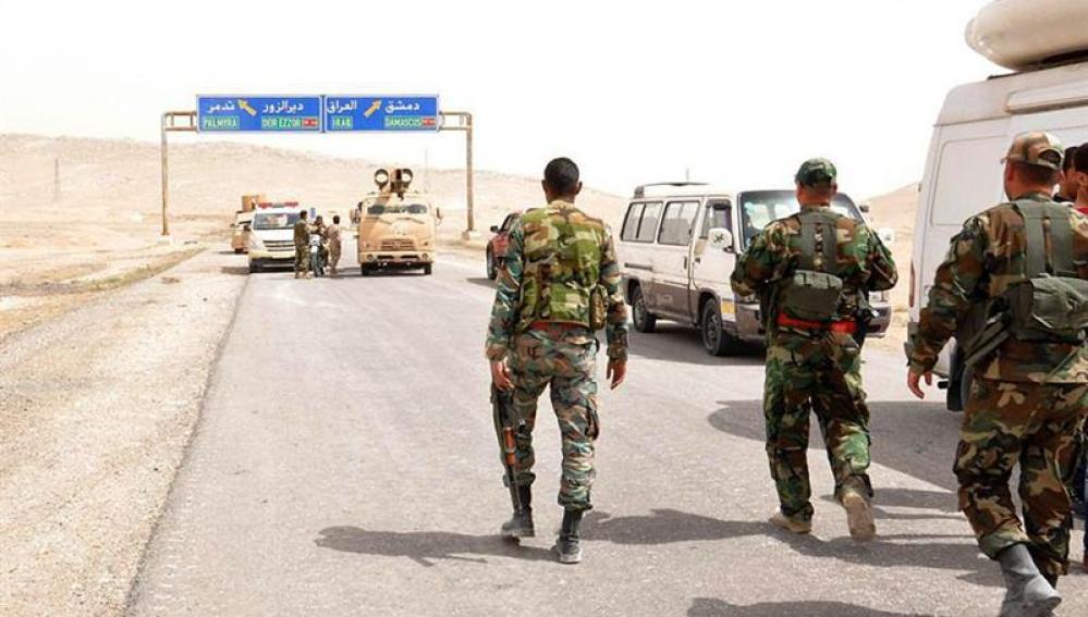 Soldados del Ejército sirio junto a militantes locales avanzando hacia la ciudad de Palmira