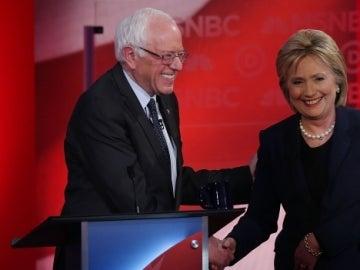 Los precandidatos demócratas Hillary Clinton y Bernie Sanders