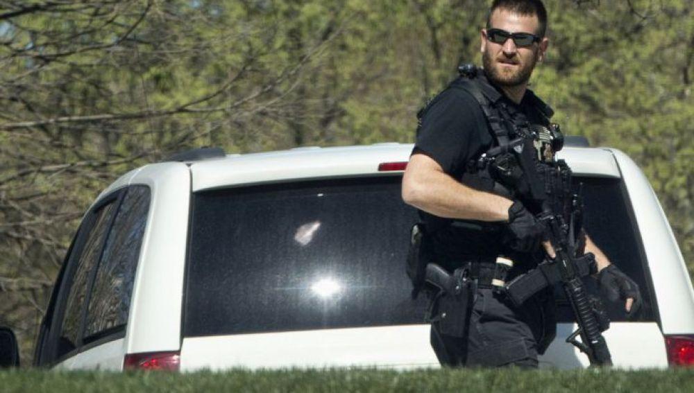 Un agente de seguridad del Capitolio presta guardia tras un tiroteo