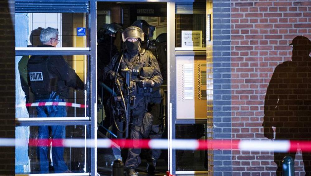 La policía holandesa registra la vivienda de Roterdam en la que fue detenido Anis B.