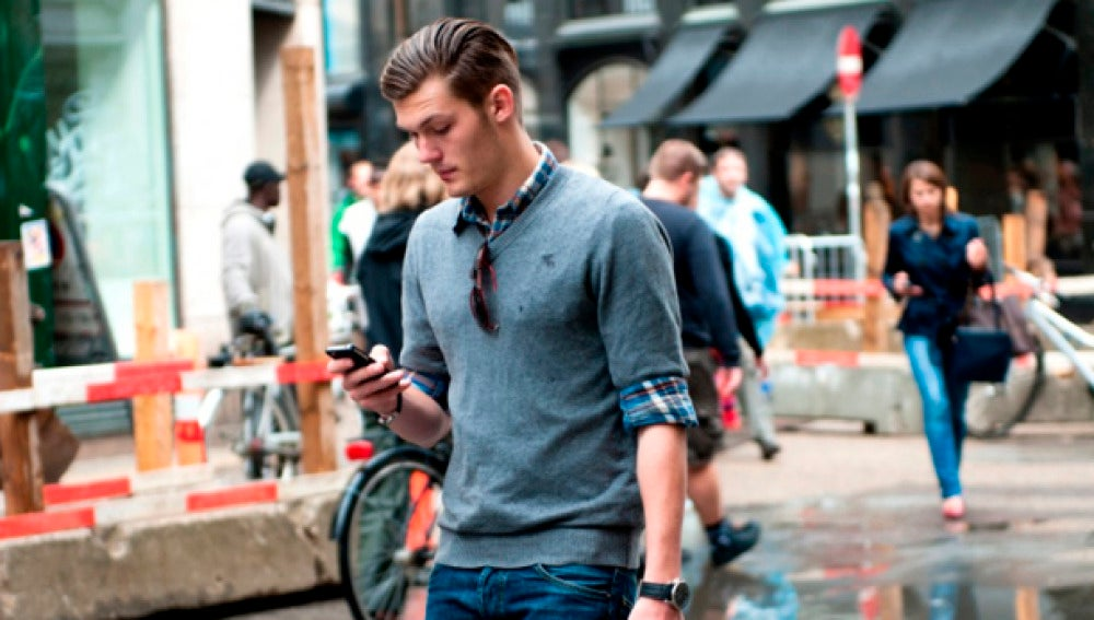 Caminando distraído con el móvil