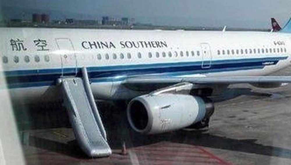 Imagen del avión con la rampa activada