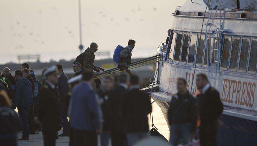 Refugiados abandonan la isla de Lesbos