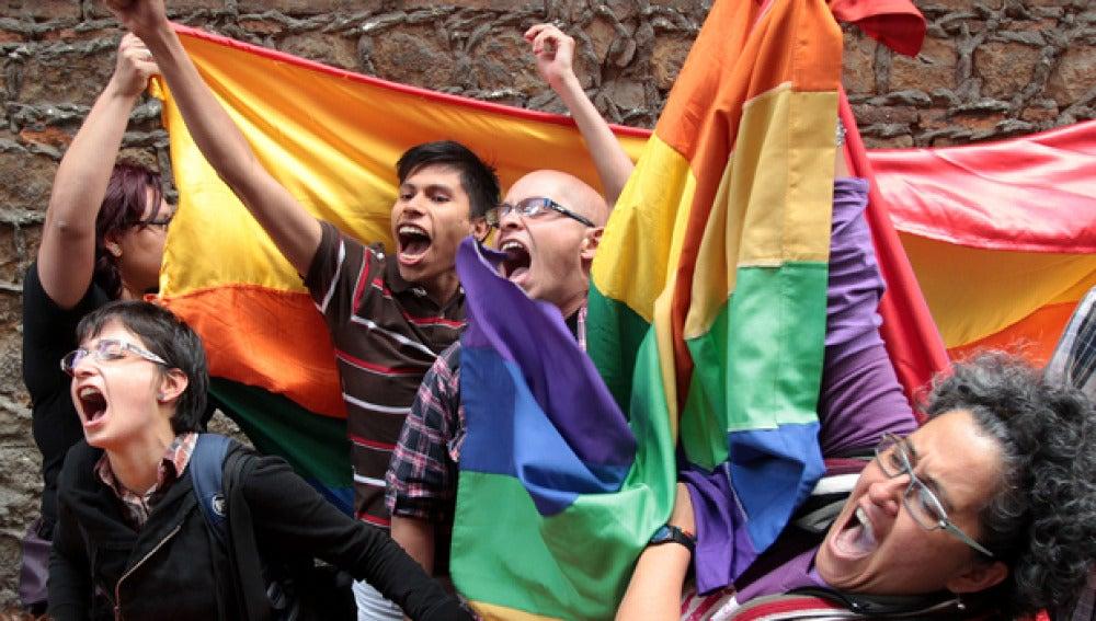 Activistas en favor de las uniones entre parejas del mismo sexo manifestándose en Bogotá