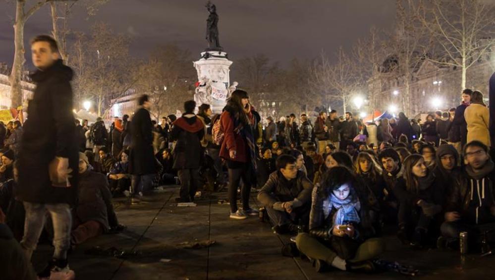 Estudiantes franceses se concentran en la Nuit Debout de París