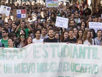 Cientos de estudiantes se manifestándose en las calles de Murcia