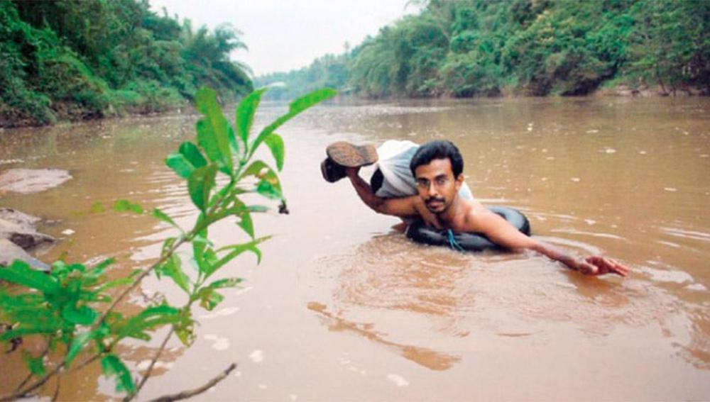 Abdul Malik, el profesor indio que cruza nadando un río para dar clase