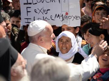 El papa a su llegada a Lesbos