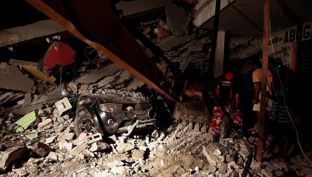 Los servicios de rescate interviniendo en la zona del terremoto de Ecuador.