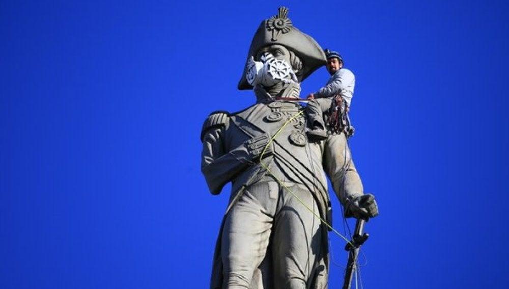 Greenpeace coloca una máscara en la estatua de Lord Nelson