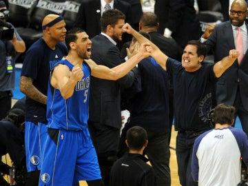 Mejri y Mark Cuban celebran el triunfo de los Mavericks en Oklahoma
