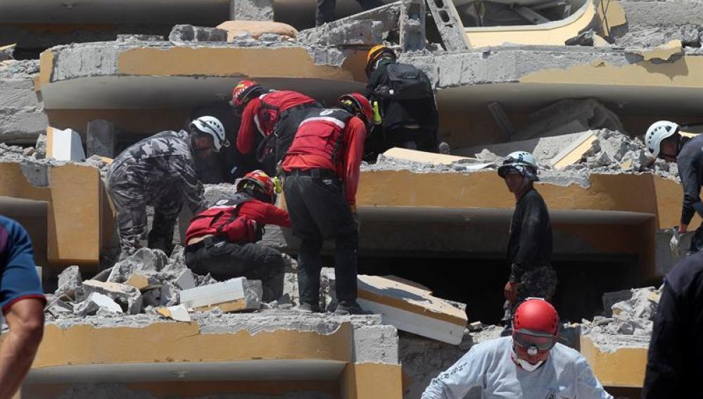 Equipos de rescate trabajan en una zona afectada por el terremoto de Ecuador