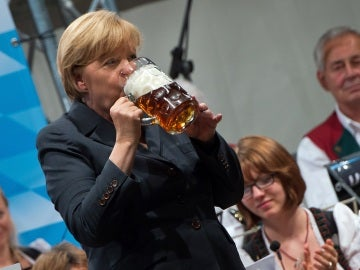 Merkel bebiendo cerveza