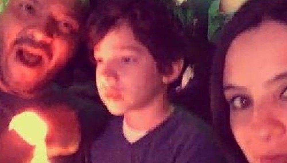 La reacción de un niño con autismo y su padre en un concierto al escuchar su canción favorita emociona en las redes