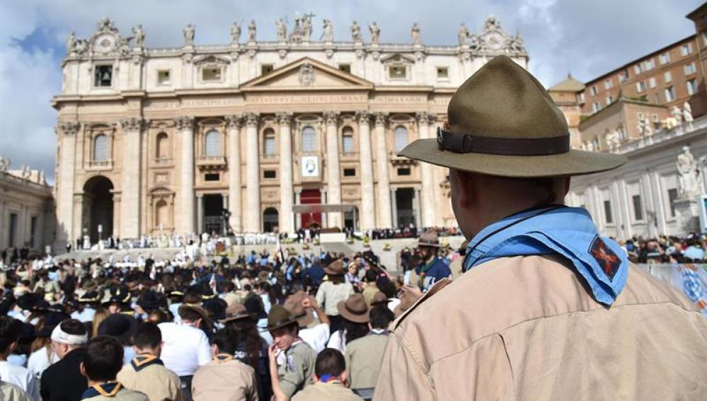 El papa Francisco lanza un llamamiento en el Vaticano a miles de adolescentes,