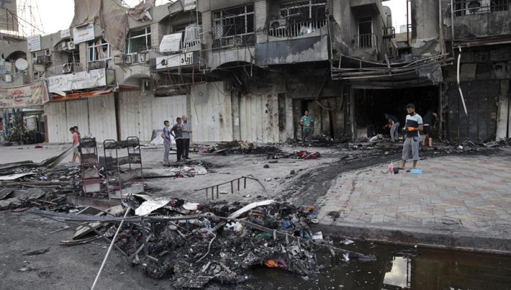 Iraquíes inspeccionan el lugar donde explosionó un coche bomba en Bagdad | Archivo