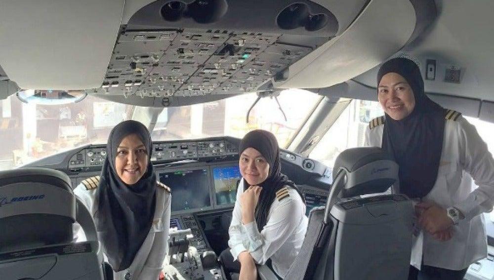 Mujeres pilotan un avión aterrizado en Arabia Saudí