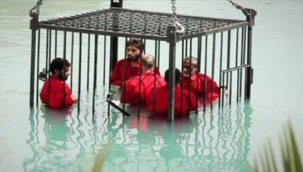 Los rehenes ejecutados por Daesh en una jaula