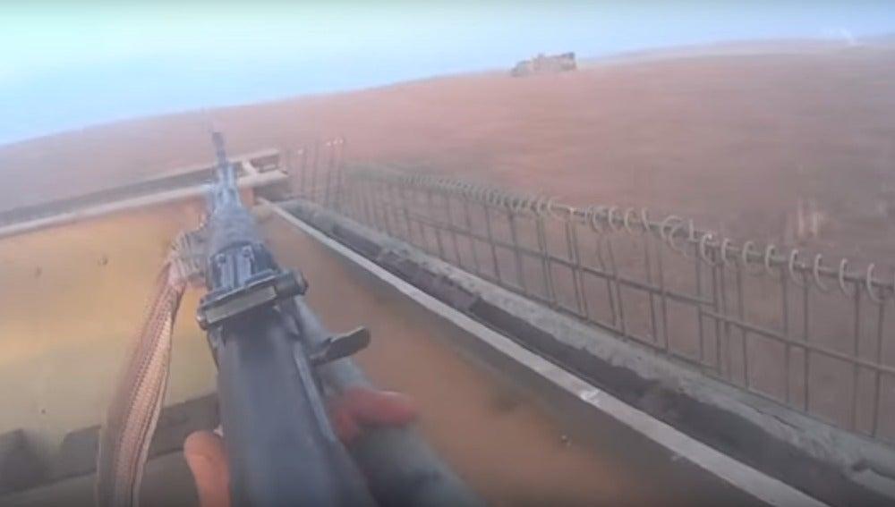 Un militante de Daesh se graba combatiendo