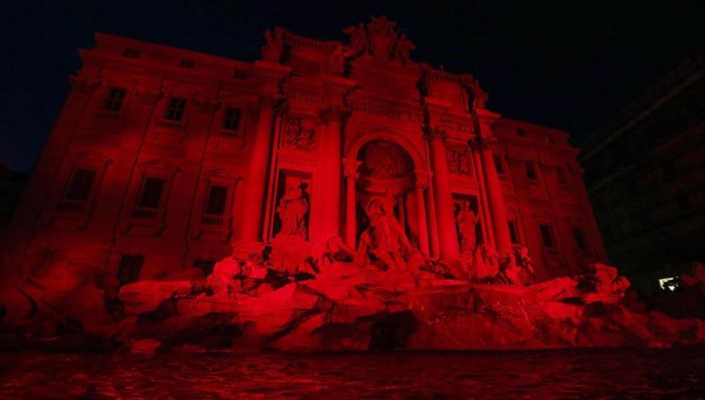 La Fontana di Trevi se tiñe de rojo, en memoria de los cristianos perseguidos