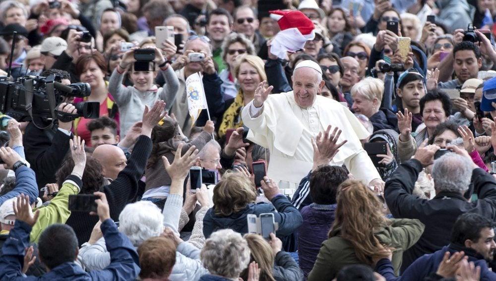 El papa Francisco saluda a su llegada a una audiencia general celebrada en la Plaza de San Pedro del Vaticano.