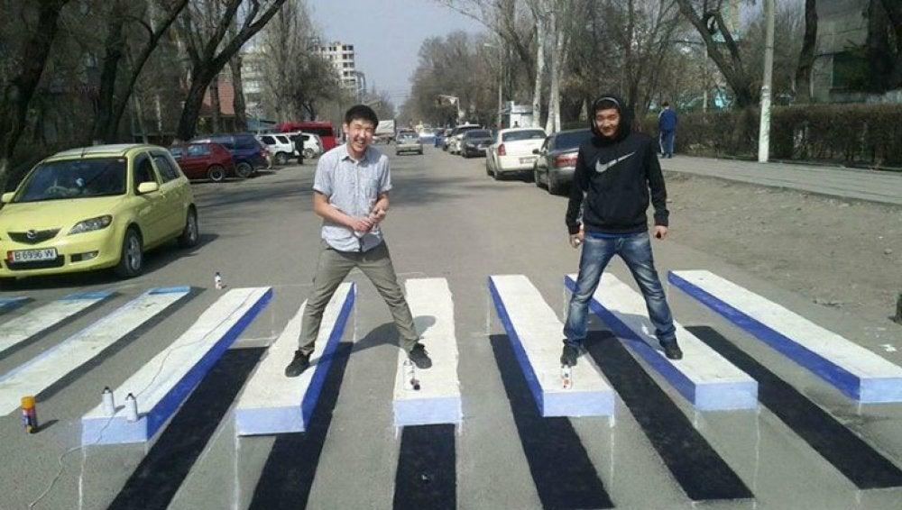 Imagen de uno de los pasos de cebra en 3D pintados en la calle