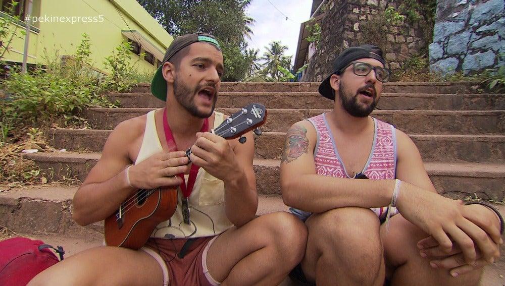 Los primos componen una canción con su ukelele por su enfermedad