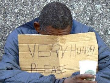 Una persona pidiendo en la calle