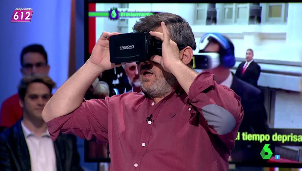 ¿Qué habrá visto Miki Nadal con sus gafas de realidad virtual?