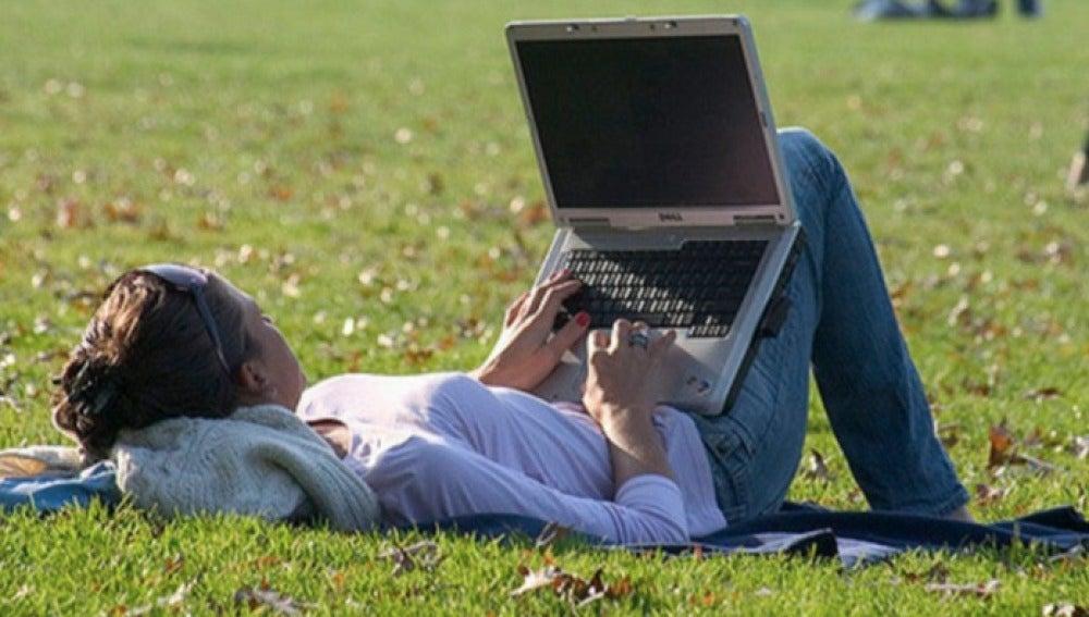 Con el ordenador en el parque