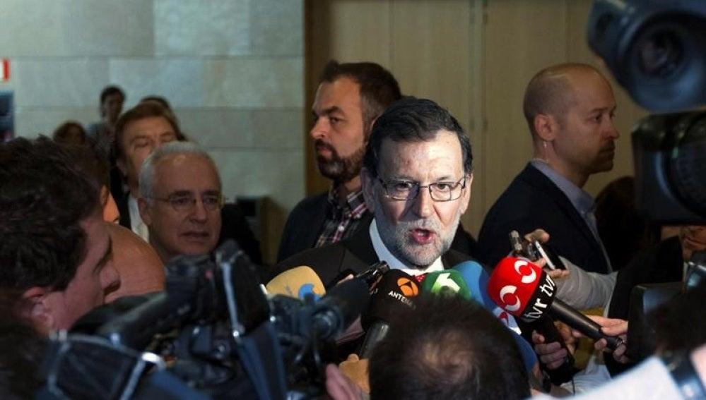 Mariano Rajoy habla con los medios