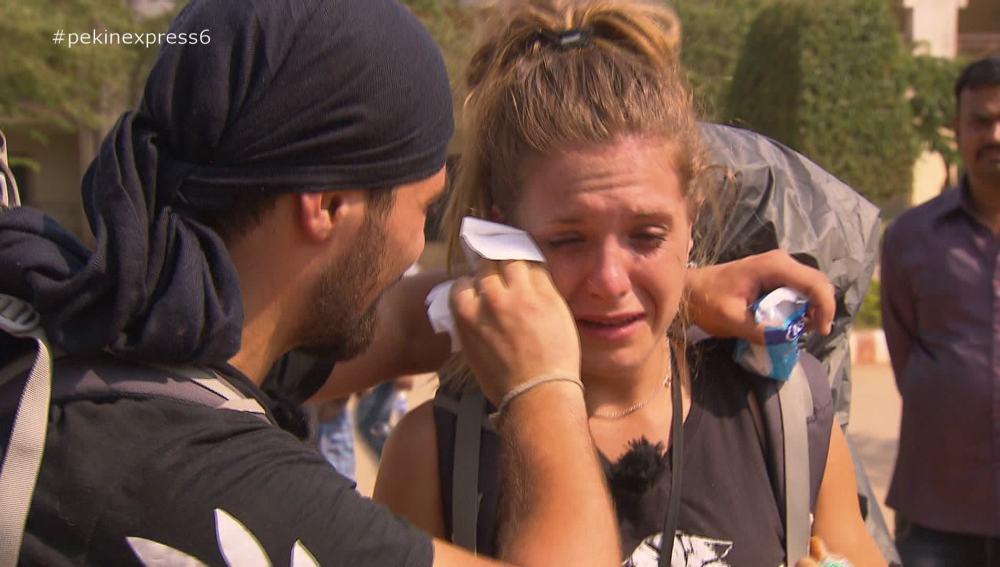 Giorgi intenta consolar el llanto de Marta